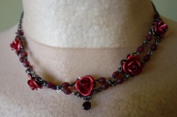 naszyjnik obroża z czerwonymi różyczkami koraliki