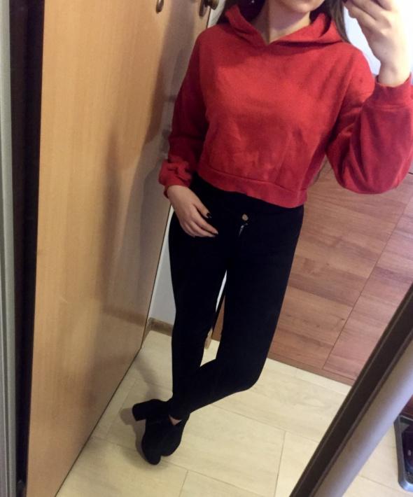 Czerwona bluza crop top z kapturem...