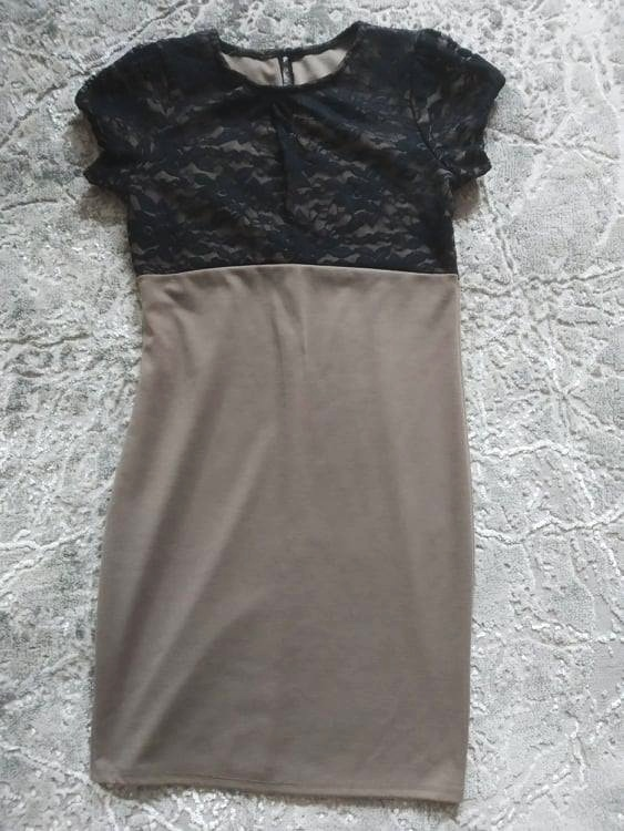 Beżowa sukienka z czarną koronką S