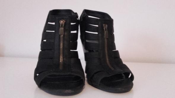Sandałki z zamkiem...
