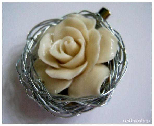 Duża brosza z korala kremowa róża ecru