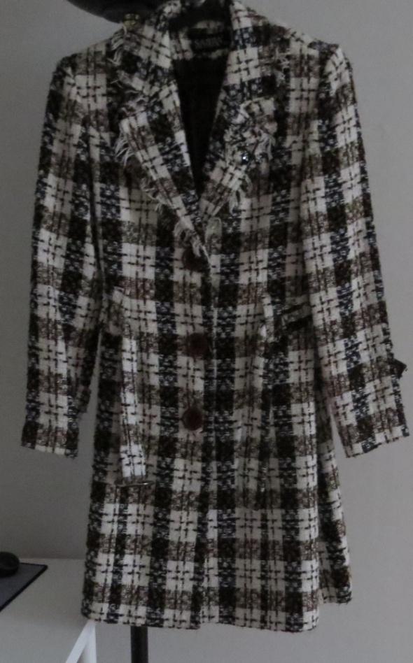 płaszcz w kratę z paskiem