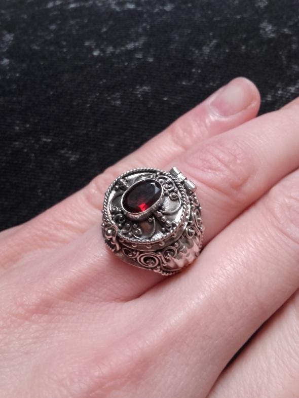 Srebrny pierścionek z sekretnikiem otwierany z granatem 925