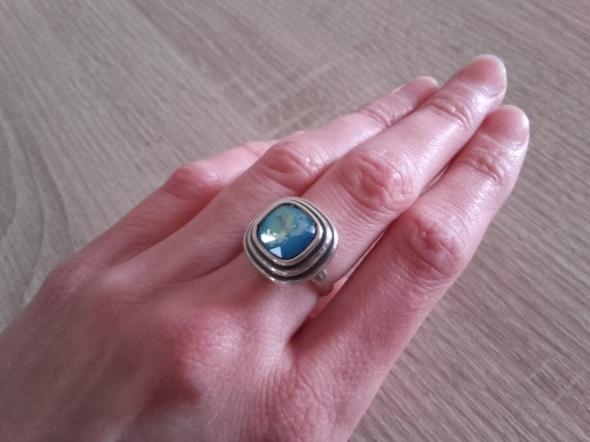 W kruk srebrny pierścionek z kryształem sygn