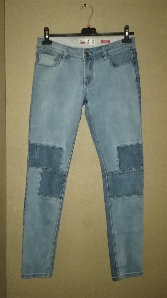 House Jasnoniebieskie jeansy rurki skinny z łatami 40