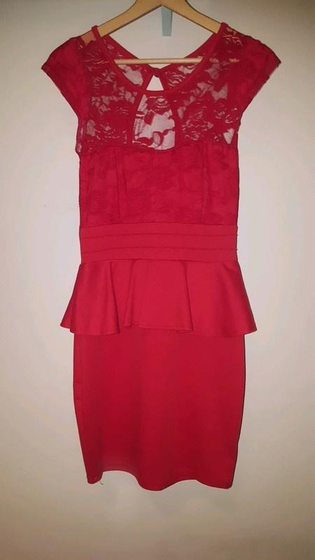 Czerwona sukienka z baskinką i koronką