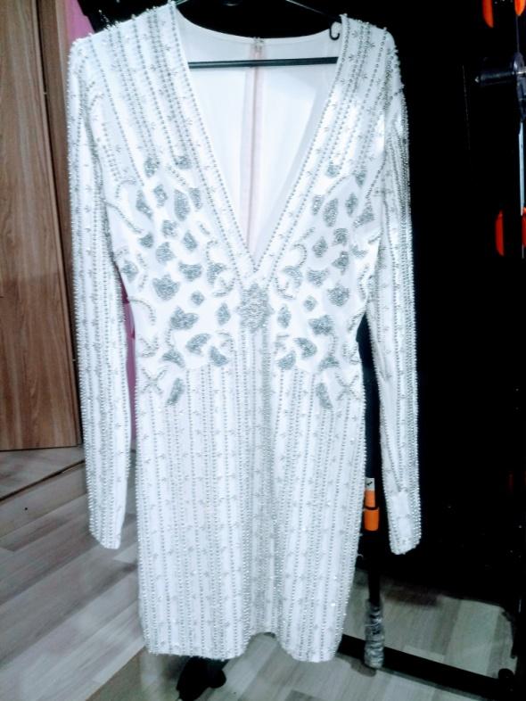 biala elegancka sukienka zdobiona