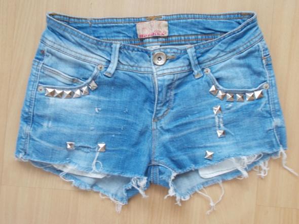 szorty jeansowe z dziurami Bershka...