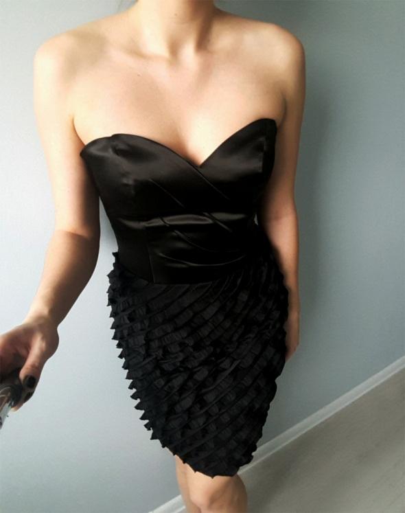 Czarna sukienka z falbankami...