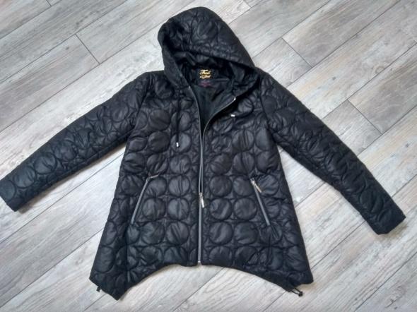 Czarna pikowana kurtka z kapturem...