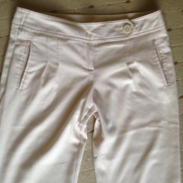 spodnie jasnobeżowe...