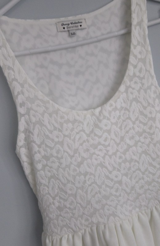 Biała sukienka letnia sukienka Bershka...