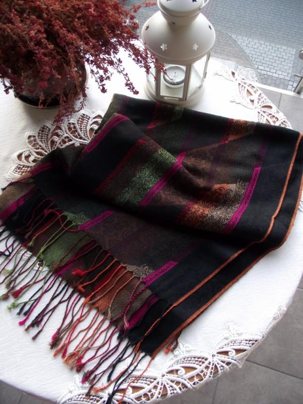 Duży długi cieplutki kolorowy szal z frędzlami