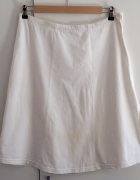 Prosta biała spódnica