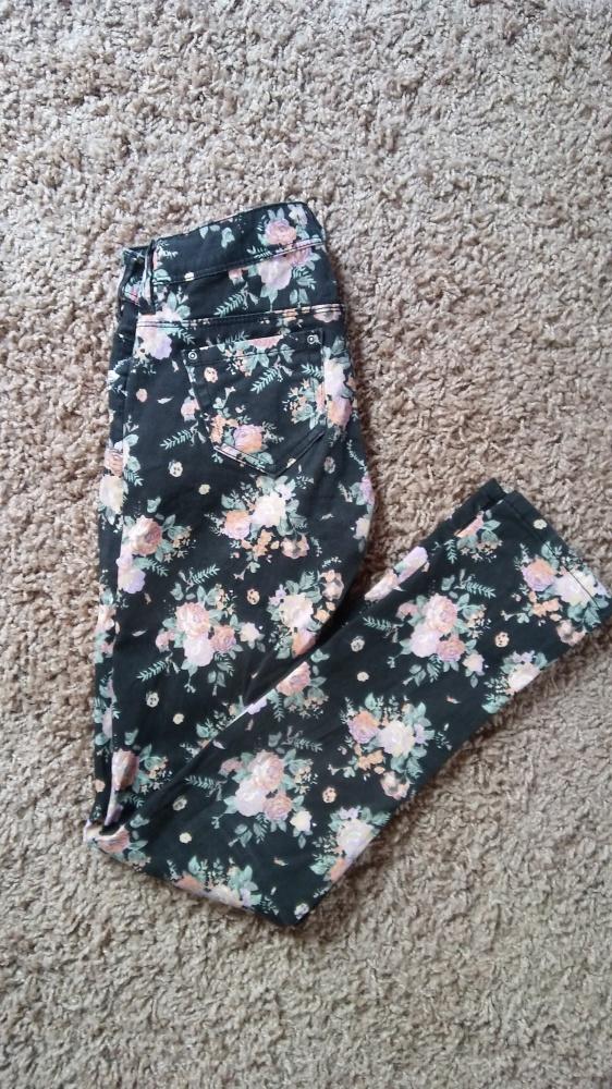 Czarne spodnie z motywem kwiatów