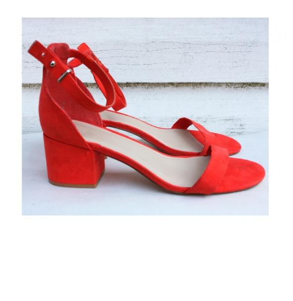 Czerwone sandały Resrved