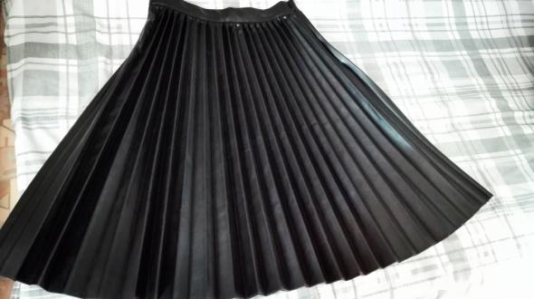 Plisowana czarna spódnica midi