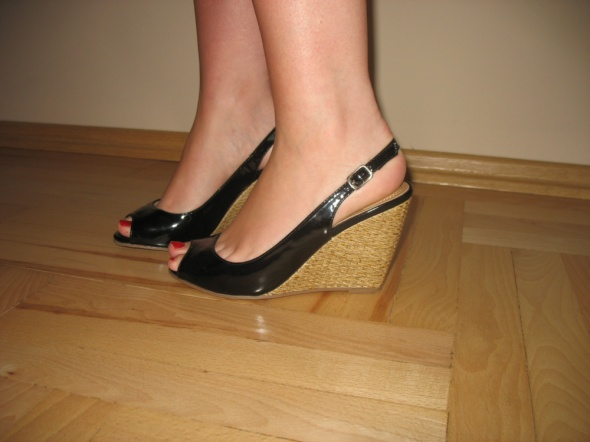 Czarne sandały koturny 36