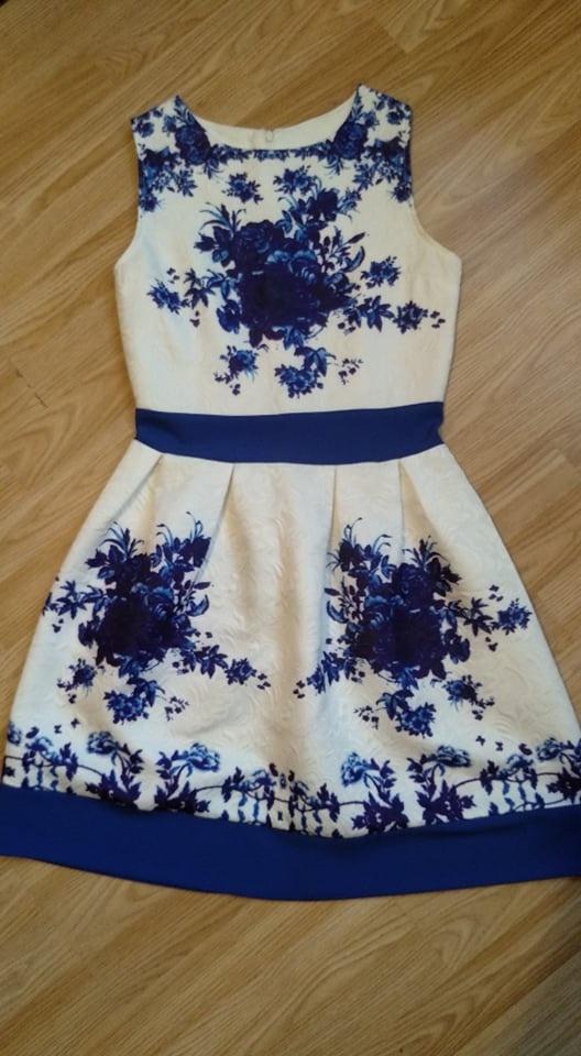 Sukienka biała w niebieskie kwiaty...