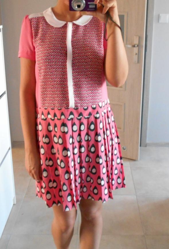 Suknie i sukienki Next sukienka różowa retro plisowana wzory kołnierzyk collar