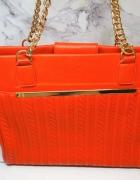 Elegancka torebka ze złotym łańcuchem...