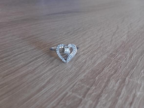 Srebrny pierścionek sreduszko z cyrkoniami srebro