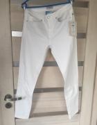 Białe jeansy 28