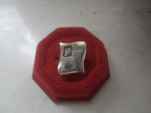 Ciekawy srebrny pierścionek z grawerkiem