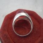 Ciekawy srebrny nowy pierścionek sygnecik z czerwonym oczkiem