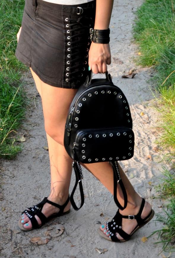 czarny plecak z metalowymi elementami
