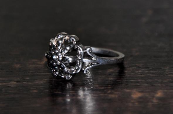 srebrny pierścionek kwiat