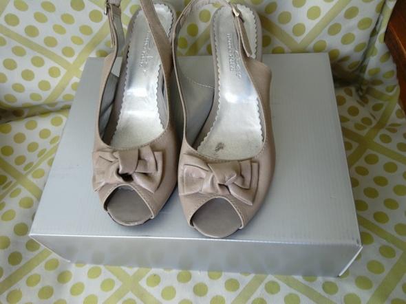Sandały beżowe na koturnie