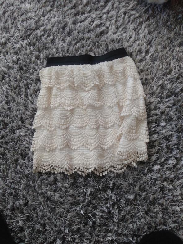 Biała koronkowa spódnica...