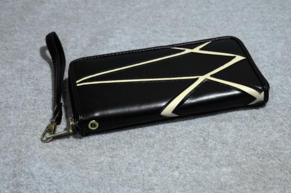 Czarny długi portfel na suwak ze wzorkiem geometrycznym