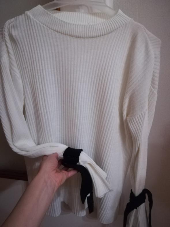Prazkowany sweter wiazane rekawy