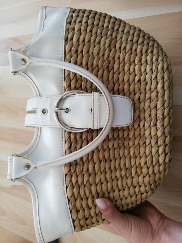 Pleciona torebka w kolorze białym zapinana