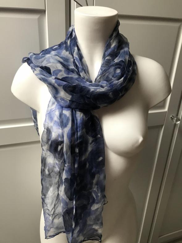 Niebieski szal z motywem kwiatowym chusta w róże blekitna