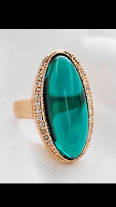 duży pierścionek z zielonym kamieniem styl retro