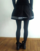 Czarna plisowana spódnica z lampasami