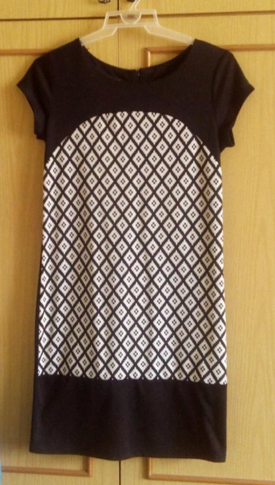 Czarna prosta sukienka ciekawy geometryczny wzór