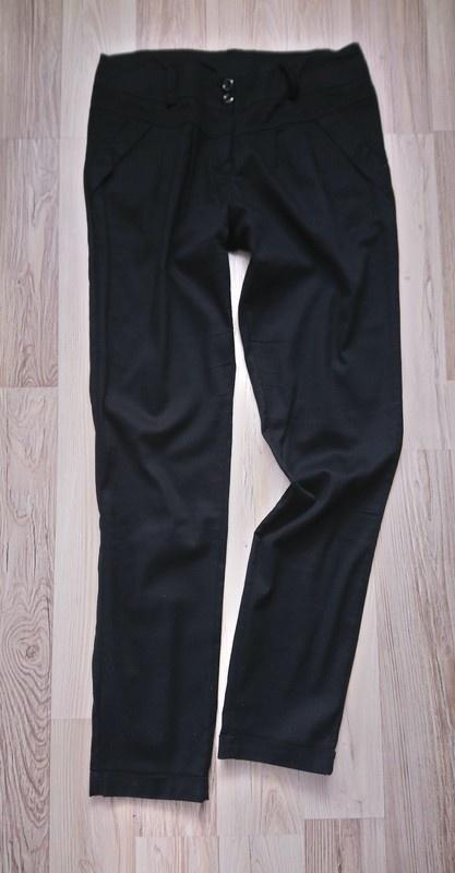 Czarne materiałowe spodnie nad kostkę...