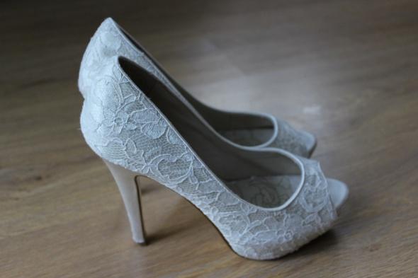 f6ebc0da82341 szpilki na wysokim obcasie buty ślubne białe kremowe koronkowe koronka  szpilki na wysokim obcasie