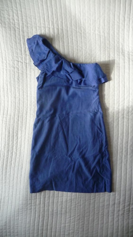 Sukienka na jedno ramię z falbanką Bershka