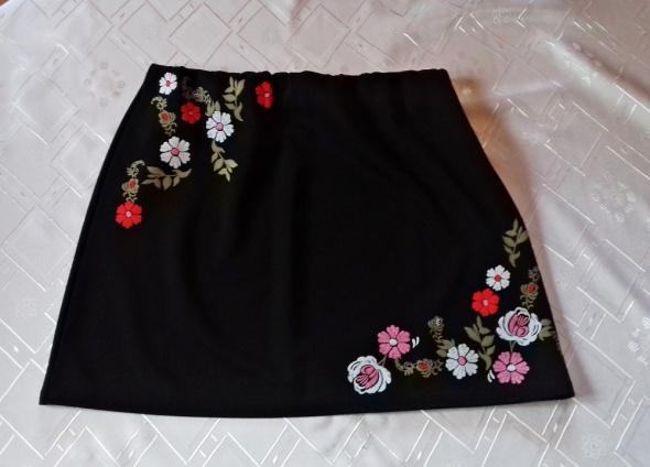 Czarna spódniczka ATMOSPHERE z aplikacją w kwiaty...