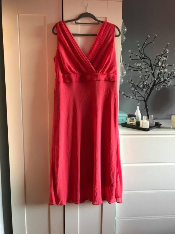 Zwiewna różowa sukienka