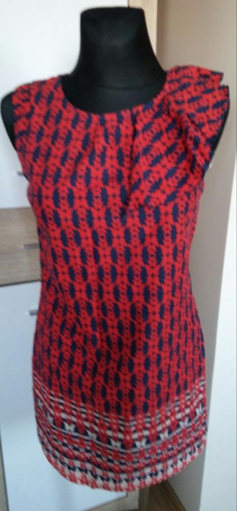 Sukienka we wzory z falbanką na ramieniu...