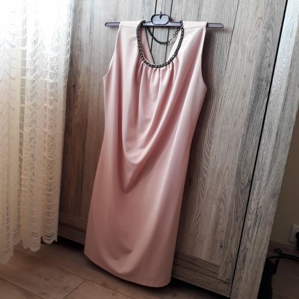 Jasnoróżowa sukienka