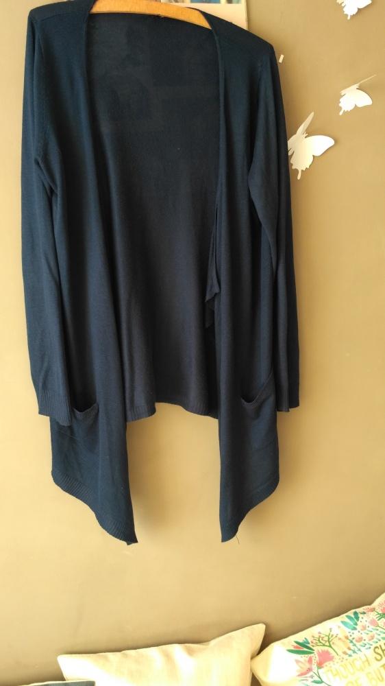 Sweterek z kieszeniami granatowy narzutka