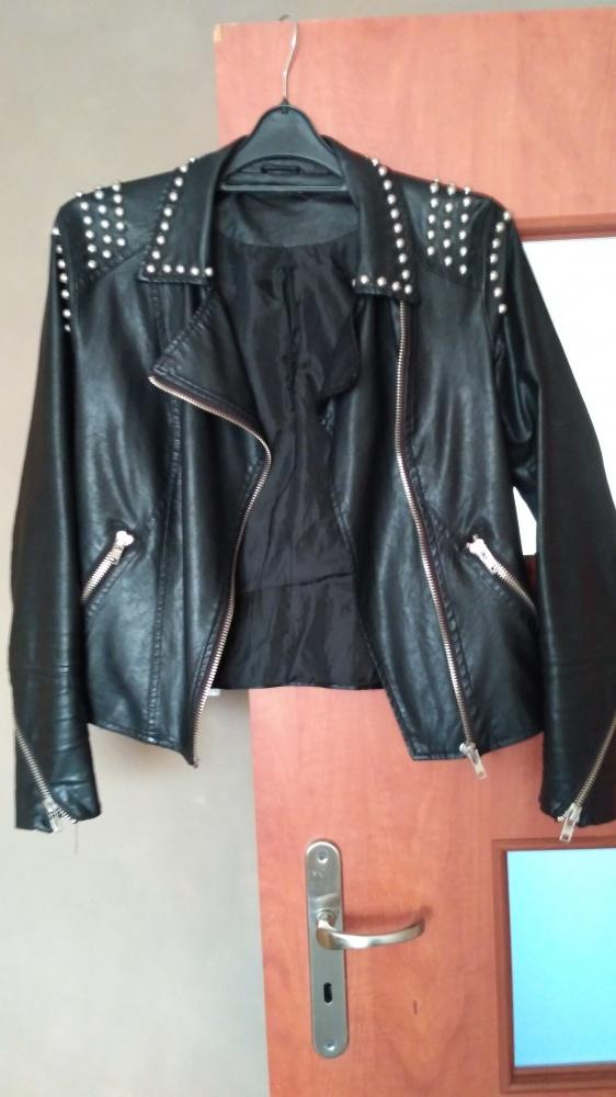 Ramoneska kurtka z ćwiekami Stradivarius