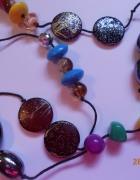 kolorowy naszyjnik na sznurku...